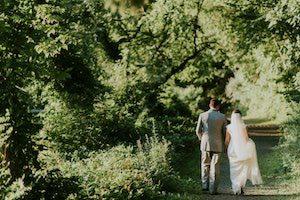 Les mariés marchant dans la foret