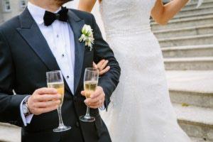 Les mariées boivent le champagne
